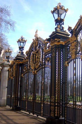 Den guldbesatte port til Buckingham Palace