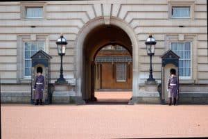 Porten til Buckingham Palace flankeret af to gardister