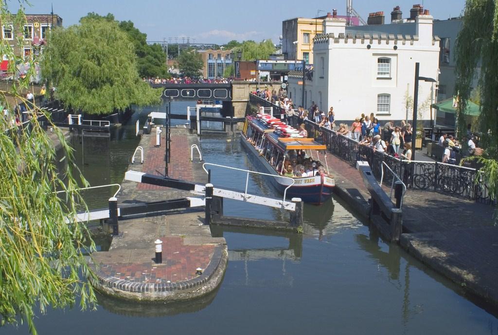 Camden Lock med kanalbåde (foto: Richard McMillan)
